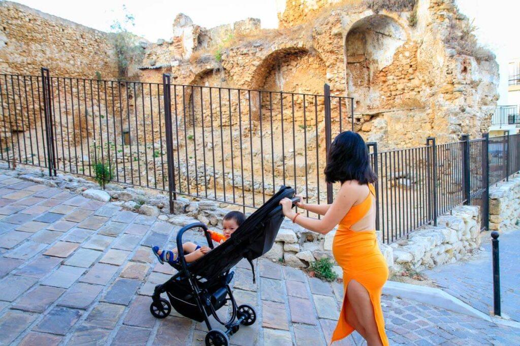 mother pushing toddler in lightweight foldable stroller - Ingleisina Quid